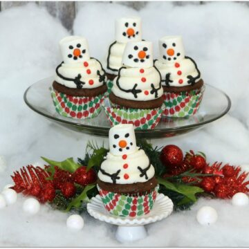 Everyone loves a snowman, and these snowman cupcakes are the perfect winter dessert for a holiday party! Need to whip up something quick? It's such an easy dessert recipe! You can't go wrong combining chocolate, marshmallows, and cake, right? Head to the kitchen with the kids. Even the little ones can build these snowman cupcakes!