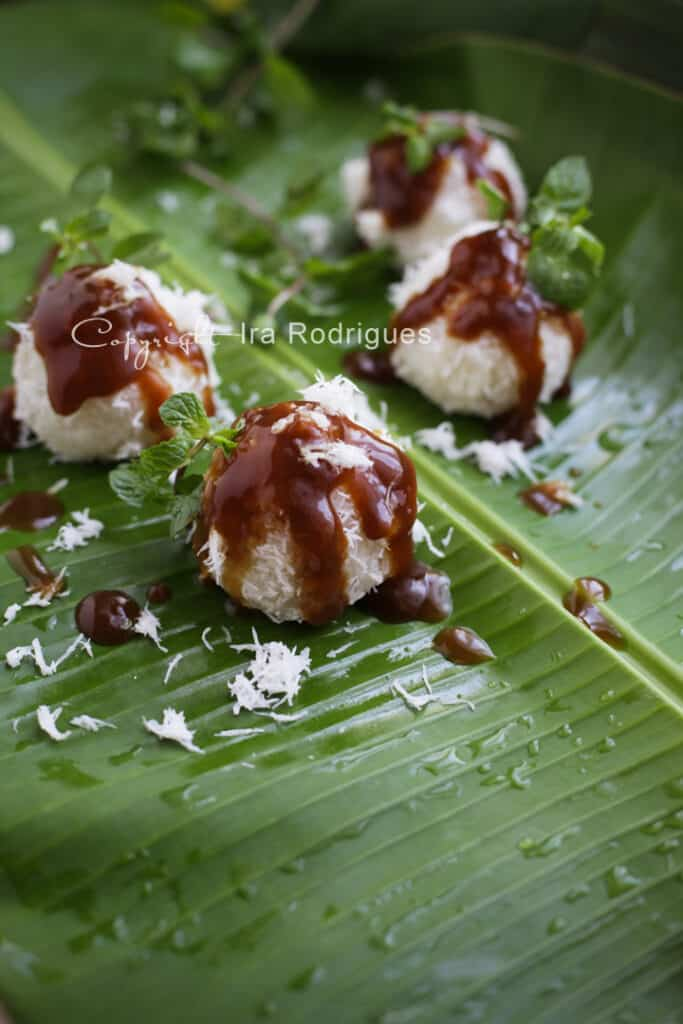 Sweet glutinous rice balls with sweet drizzle.