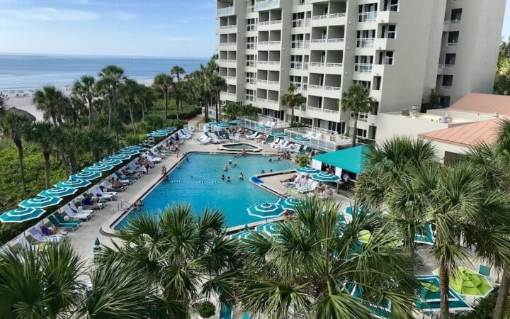 If you are shivering your way through the winter with a longing for warmer climes, a Longboat Key, Florida vacation might be just what you need. This upscale resort, located in Sarasota County on Florida's west coast, has all the ingredients needed for relaxing beach vacation.