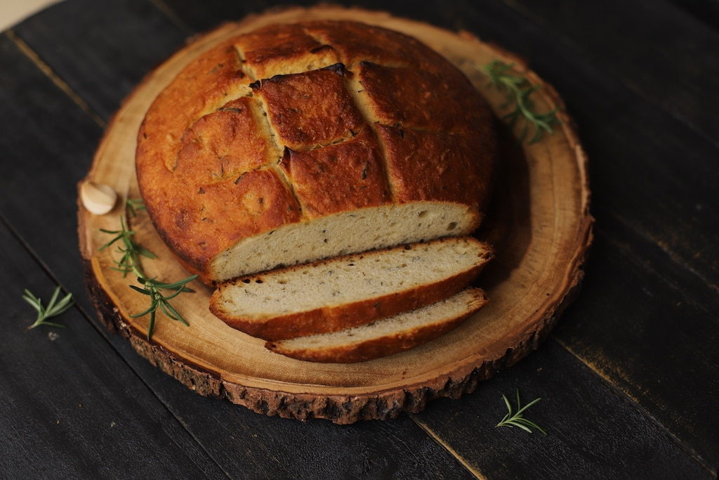 I've wanted to make a rosemary garlic bread recipe for ages. Bread is one of my favorite foods and I really can't resist when it has roasted garlic inside.