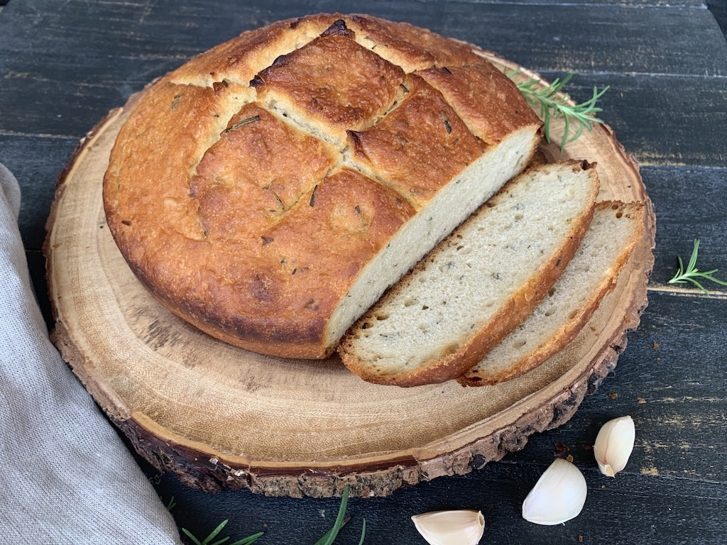 I've wanted to make rosemary garlic bread for ages. Bread is one of my favorite foods and I really can't resist when it has pieces of roasted garlic inside.