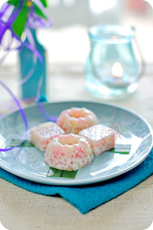Dessert cakes with coconut and tapioca pearls.